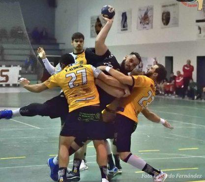 Javier García intentando lanzar a portería